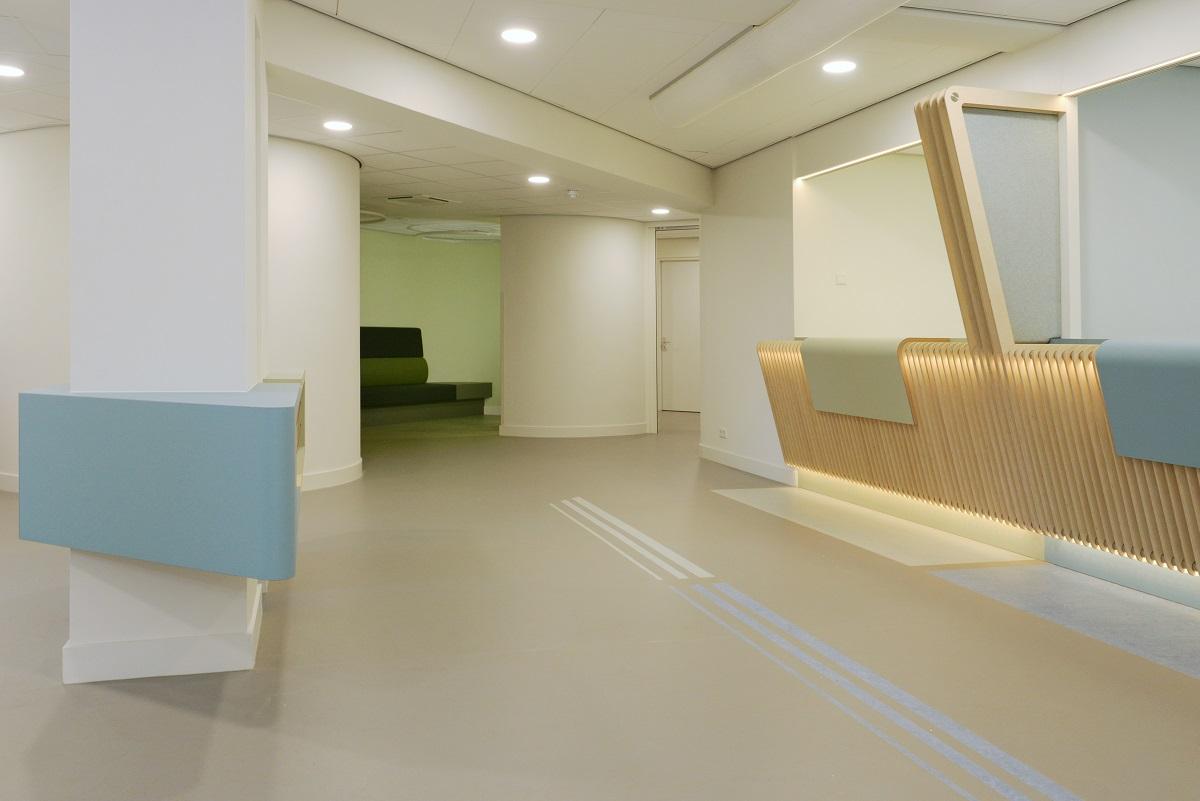 Licht en ruim interieurontwerp gezondheidscentrum Ermelo