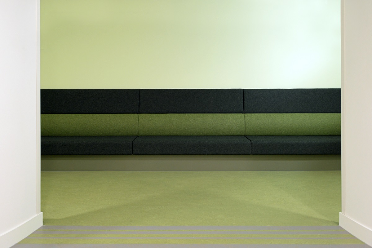 Ruime zitbank gezondheidscentrum Ermelo